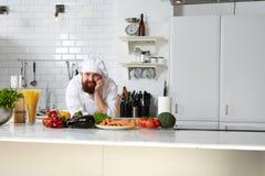 Atrakcyjna dojrzała szef kuchni pozycja na jego kuchni Fotografia Royalty Free