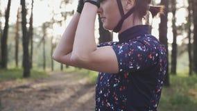Atrakcyjna dysponowana dziewczyna dociska drogowych buty i stawia dalej jeździć na rowerze szkła zanim stażowa rasa Kolarstwa poj zbiory wideo