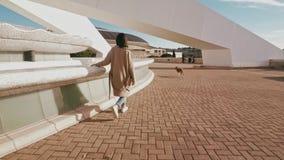 Atrakcyjna dziewczyna chodzi z psem zbiory wideo