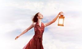 Atrakcyjna dziewczyna duma z starym lampionem w ręce przy letnim dniem obraz royalty free