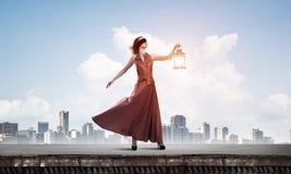 Atrakcyjna dziewczyna duma z starym lampionem w ręce przy letnim dniem Mieszani środki obrazy royalty free