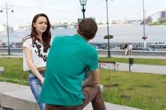 Atrakcyjna dziewczyna gawędzi jej chłopak obraz stock