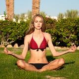 atrakcyjna dziewczyna jeden pozuje joga Fotografia Stock