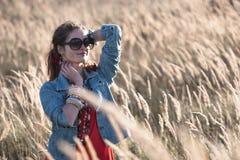 Atrakcyjna dziewczyna na polu w słońce promieniach Zdjęcie Stock