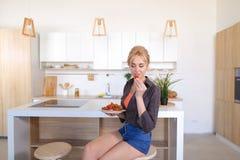 Atrakcyjna dziewczyna odpoczywa smak truskawki i cieszy się, chodzi Fotografia Stock