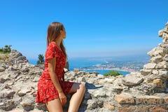 Atrakcyjna dziewczyna patrzeje Taormina wioskę od ruin starożytnego grka teatr w Sicily, Włochy obrazy royalty free