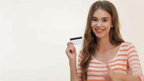 Atrakcyjna dziewczyna pokazuje aprobaty z kredytową kartą zdjęcie wideo