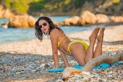 Atrakcyjna dziewczyna pozuje przy plażą obraz stock