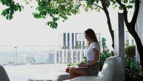 Atrakcyjna dziewczyna pracuje na laptopie outdoors zdjęcie wideo