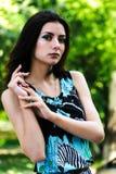 Atrakcyjna dziewczyna relaksuje nad natury tłem Zdjęcie Stock