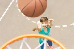 Atrakcyjna dziewczyna strzela koszykówkę Obrazy Royalty Free