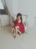 Atrakcyjna dziewczyna w czerwonej sukni fotografia royalty free