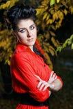 Atrakcyjna dziewczyna w jesień parku Zdjęcia Stock