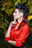 Atrakcyjna dziewczyna w jesień parku Obrazy Stock