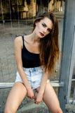 Atrakcyjna dziewczyna w obszarze miejskim Zdjęcia Royalty Free