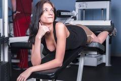 Atrakcyjna dziewczyna w sprawności fizycznej centrum Fotografia Stock