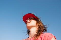 Atrakcyjna dziewczyna z baseball nakrętką zdjęcia stock