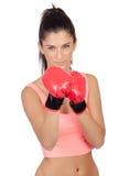 Atrakcyjna dziewczyna z bokserskimi rękawiczkami zdjęcia royalty free