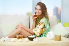 Atrakcyjna dziewczyna z filiżanką herbata Obraz Stock