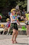 Atrakcyjna dziewczyna z Hawajskimi girlandami, bawić się Badminton Zdjęcia Royalty Free