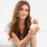 Atrakcyjna dziewczyna z moneybox Zdjęcie Royalty Free