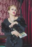 Atrakcyjna dziewczyna z pieniądze i butelką Fotografia Stock