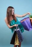 Atrakcyjna dziewczyna z zakupami. Obraz Royalty Free