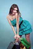 Atrakcyjna dziewczyna z zakupami. Zdjęcie Stock