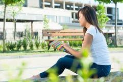 Atrakcyjna dziewczyny mienia agenda lub notatnik outside w parku Zdjęcie Stock