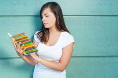 Atrakcyjna dziewczyny mienia agenda, notatnik lub czytanie Zdjęcia Stock