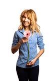 Atrakcyjna dziewczyny mienia walentynki dnia dekoracja Fotografia Stock