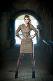 Atrakcyjna elegancka blondynki młoda kobieta jest ubranym eleganckiego strój w miastowym moda strzale. Piękna modna młoda dziewczy Fotografia Stock