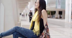 Atrakcyjna elegancka młoda kobieta relaksuje w miasteczku zbiory wideo