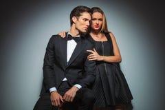 Atrakcyjna elegancka para w czarny pozować obejmuję Zdjęcie Royalty Free