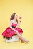 Atrakcyjna flirty dziewczyna z słodkim cukierkiem Obrazy Royalty Free