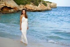 Atrakcyjna i piękna kobieta cieszy się urlopowych wakacje letnich przy Hiszpania wybrzeża wioski odprowadzeniem na plaży Obraz Stock