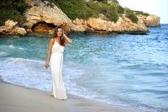 Atrakcyjna i piękna kobieta cieszy się urlopowych wakacje letnich przy Hiszpania wybrzeża wioski odprowadzeniem na plaży Zdjęcia Royalty Free