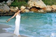 Atrakcyjna i piękna kobieta cieszy się urlopowych wakacje letnich przy Hiszpania wybrzeża wioski odprowadzeniem na plaży Fotografia Stock