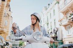 Atrakcyjna i poważna blondynki dziewczyna jest siedząca i patrzejąca w lustrze Dziewczyna jest outside na drodze Ja jest pogodnym zdjęcia royalty free