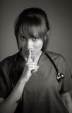 Atrakcyjna indianin lekarki kobieta pozuje w studiu Obraz Royalty Free