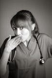 Atrakcyjna indianin lekarki kobieta pozuje w studiu Obraz Stock