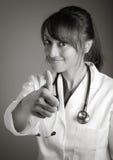 Atrakcyjna indianin lekarki kobieta pozuje w studiu zdjęcie royalty free
