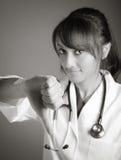 Atrakcyjna indianin lekarki kobieta pozuje w studiu obrazy stock