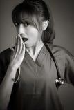 Atrakcyjna indianin lekarki kobieta pozuje w studiu fotografia royalty free