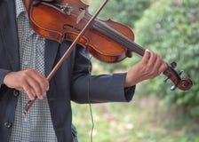 atrakcyjna jaskrawy bawić się portreta sylwetki skrzypcowa skrzypaczki kobieta fotografia stock