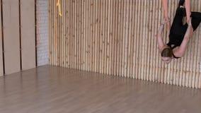 Atrakcyjna kobieta ćwiczy anty spoważnienia joga w hamaka klubie sportowym zdjęcie wideo
