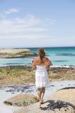 Atrakcyjna kobieta bielu sukni oceanu plaża Obraz Stock
