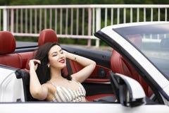 Atrakcyjna kobieta blisko odwracalnego samochodu Zdjęcia Stock