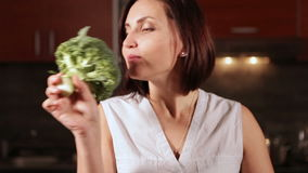 Atrakcyjna kobieta chce przygotowywać brokuły jarzynowych zdjęcie wideo