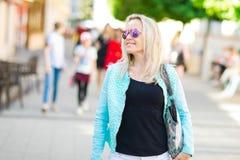 Atrakcyjna kobieta chodzi śródmieście w słońc szkłach zdjęcia stock